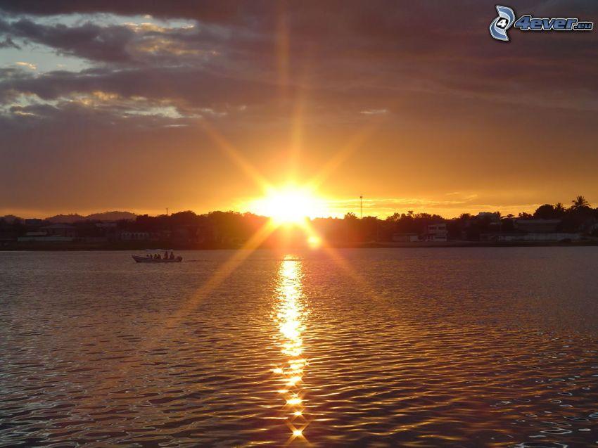 puesta de sol sobre el mar, ciudad