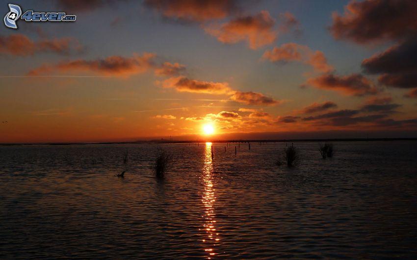 puesta de sol sobre el mar
