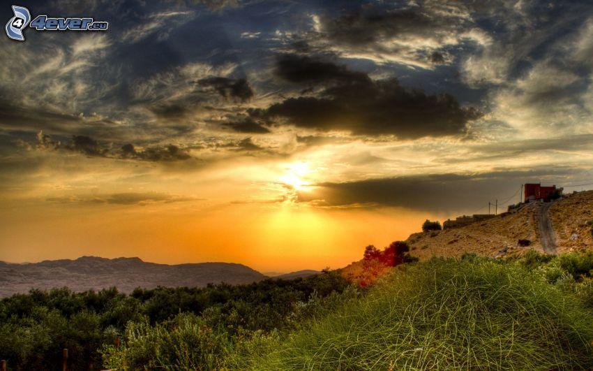 puesta del sol, colina, nubes oscuras, casa en la colina