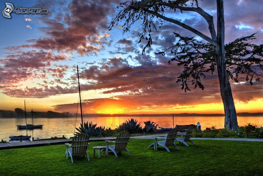 puesta del sol, lago, sillas
