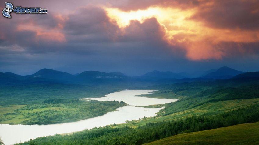 río, el sol detrás de los nubes, prados, sierra