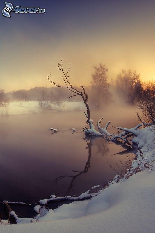río en invierno, nieve, después de la puesta del sol