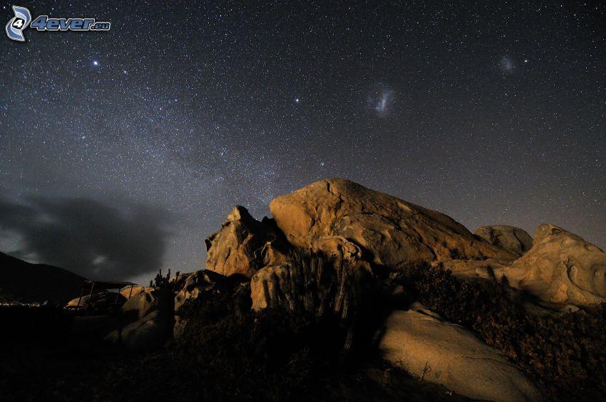 roca, cielo estrellado