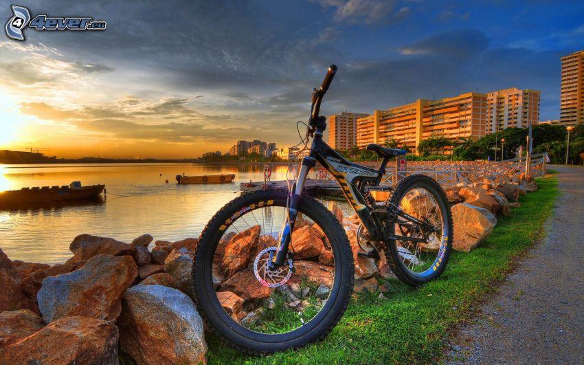 bicicleta de montaña, piedras, puesta de sol sobre un lago, bloque de pisos, HDR