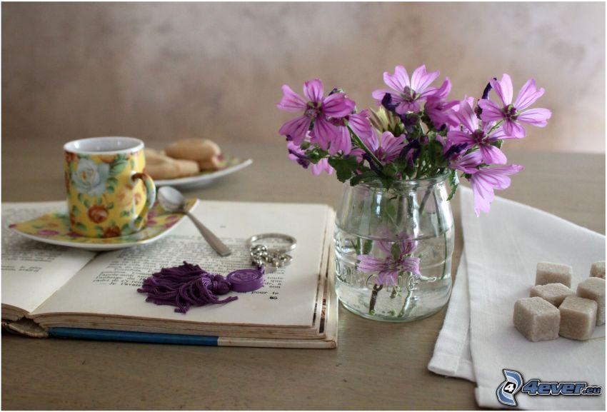 flores de campo, libro, taza de té