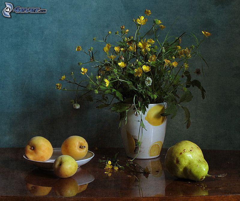 flores del campo en un florero, flores amarillas, pera, nectarinas