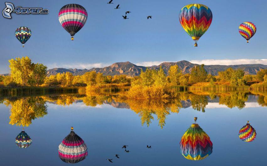 globos de aire caliente, lago, reflejo, árboles amarillos, cielo, aves, montañas rocosas