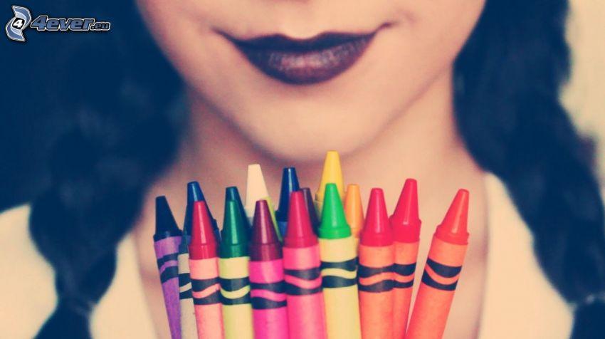 lápices de color, labios pintados