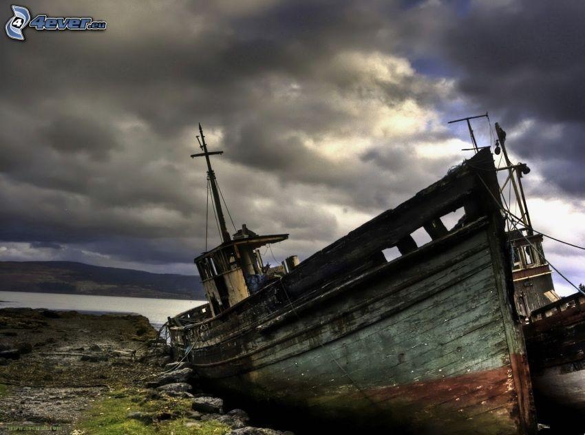 Nave abandonada oxidada, nubes