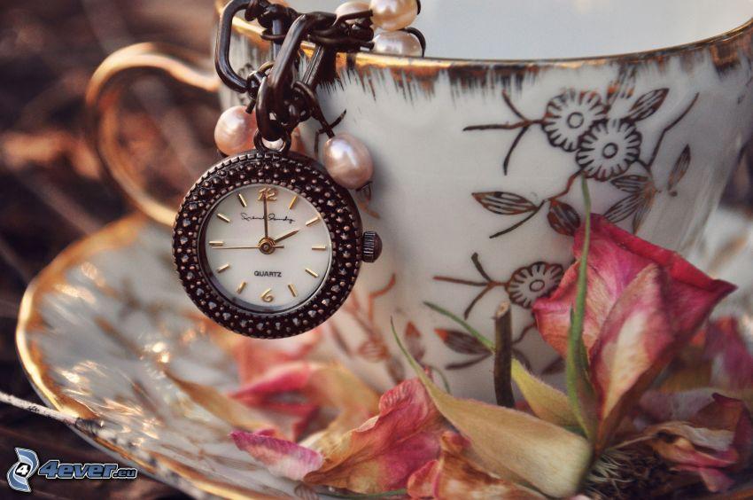 taza, reloj, pétalos de rosa