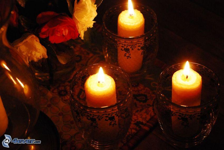 velas, flores en un florero, oscuridad