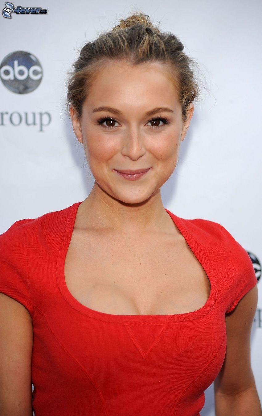 Alexa Vega, sonrisa, vestido rojo