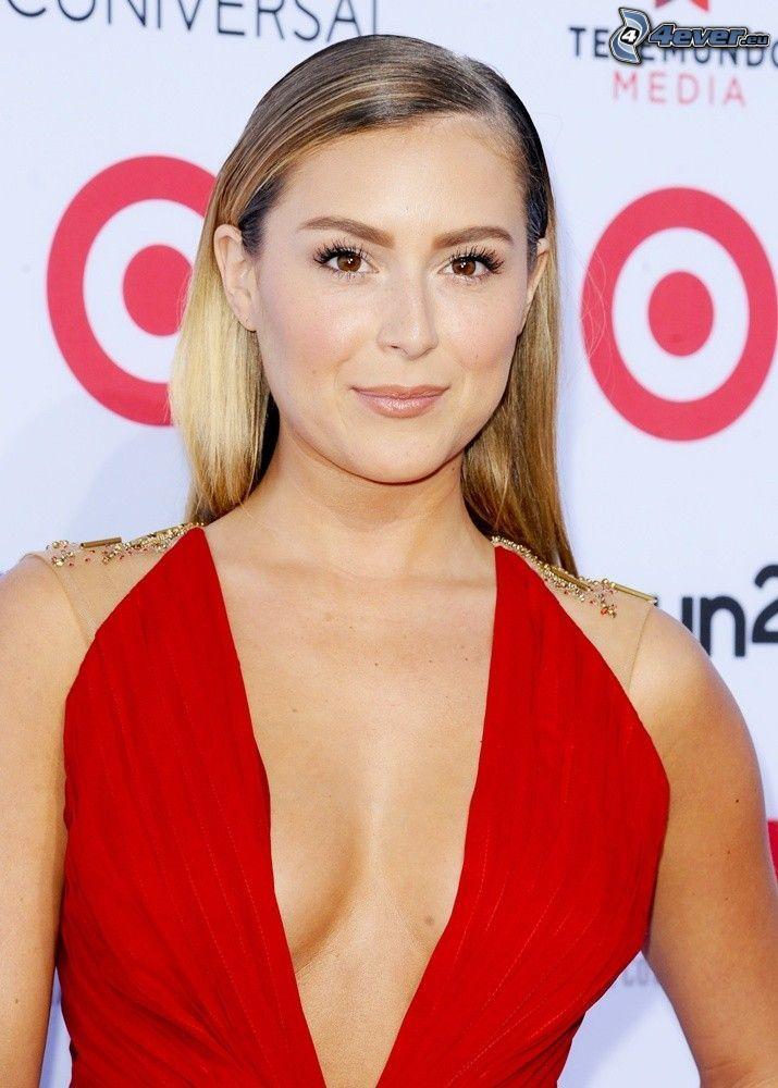 Alexa Vega, vestido rojo