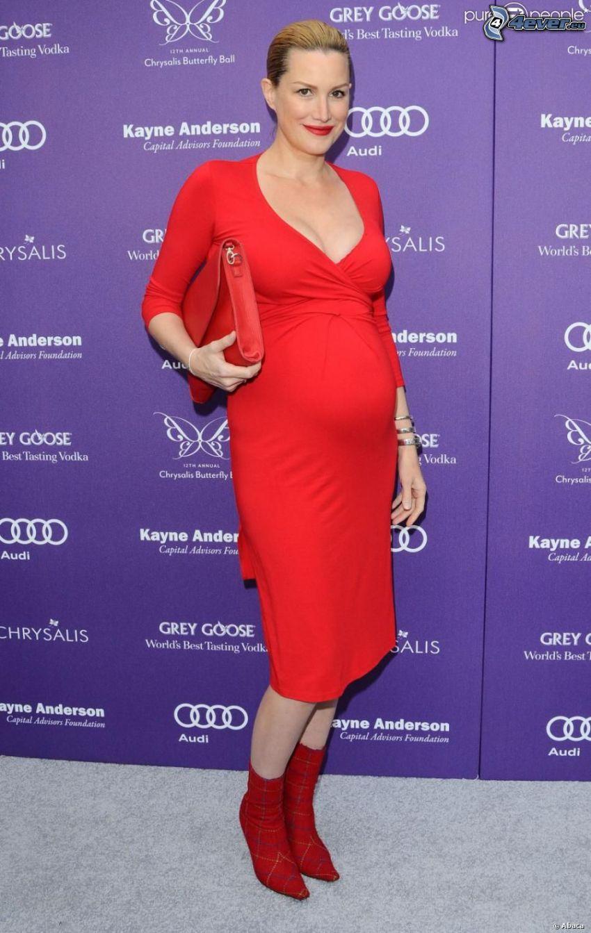 Alice Evans, mujer embarazada, vestido rojo
