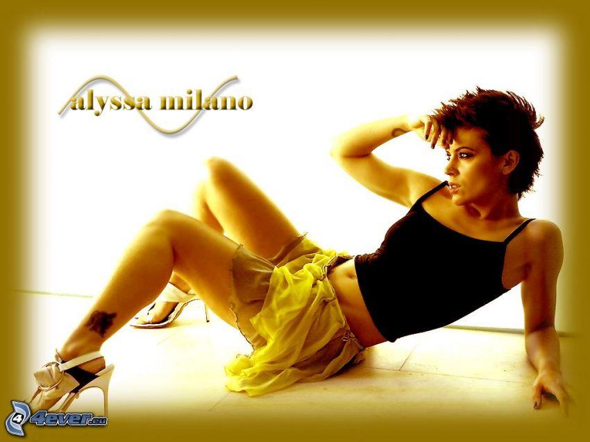Alyssa Milano, actriz, Phoebe, brujas, Charmed, mujer de pelo castaño, camiseta negra, minifalda, zapatos