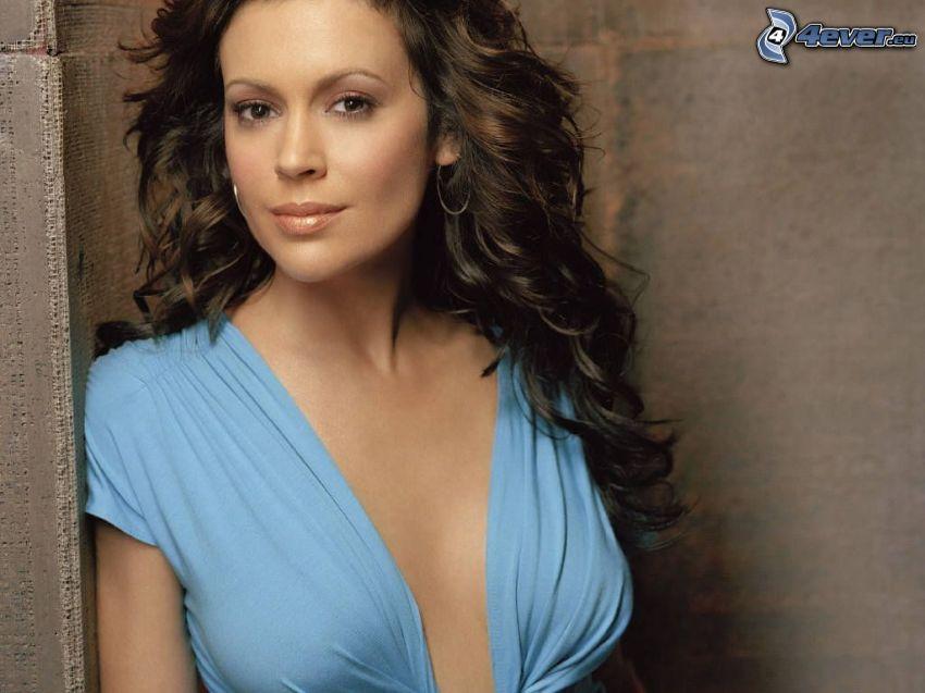 Alyssa Milano, camisa azul, cabello rizado
