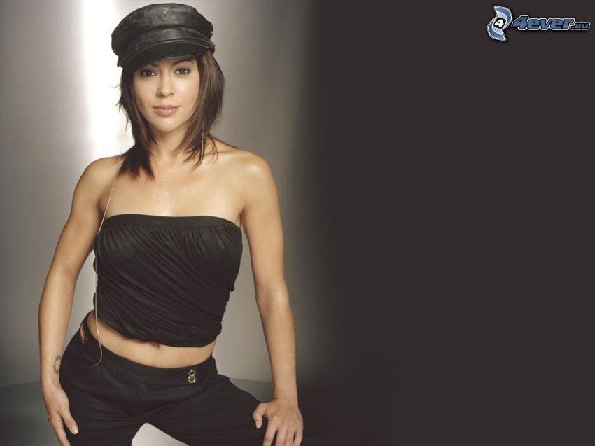 Alyssa Milano, camiseta negra, pantalones, gorro