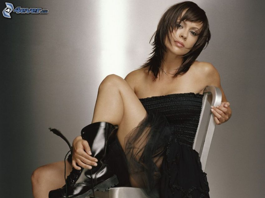Alyssa Milano, falda negra