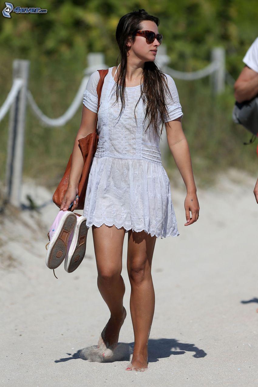 Amelia Warner, vestido blanco