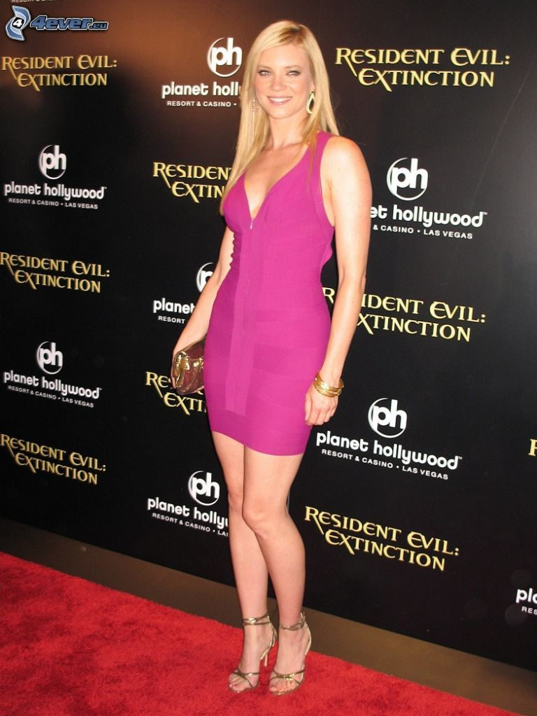 Amy Smart, vestido de color rosa
