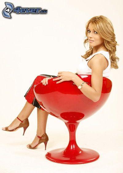 Andreea Pătraşcu, vestido rojo, rubia, silla