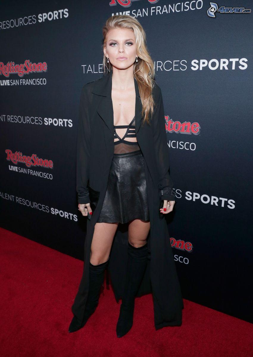 AnnaLynne McCord, vestido negro, abrigo