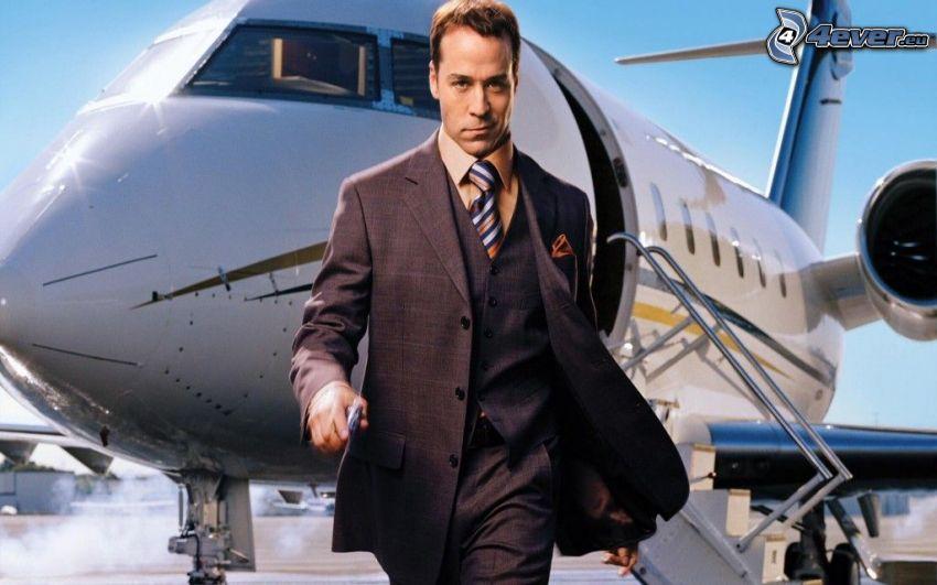Ari Gold, hombre en traje, avión