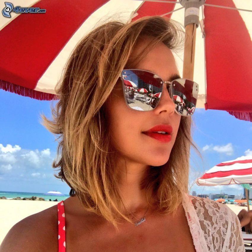 Arielle Kebbel, reloj de sol, sombrilla