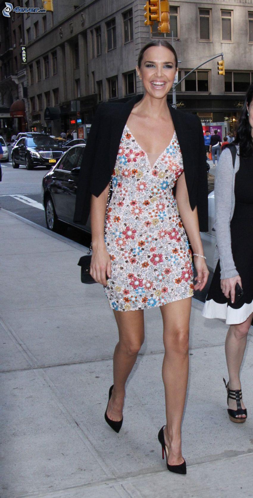 Arielle Kebbel, risa, zapatos con tacón, vestido de flores, calle