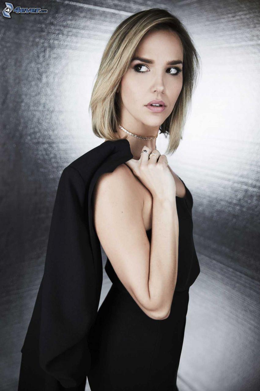 Arielle Kebbel, vestido negro, chaqueta, mirada