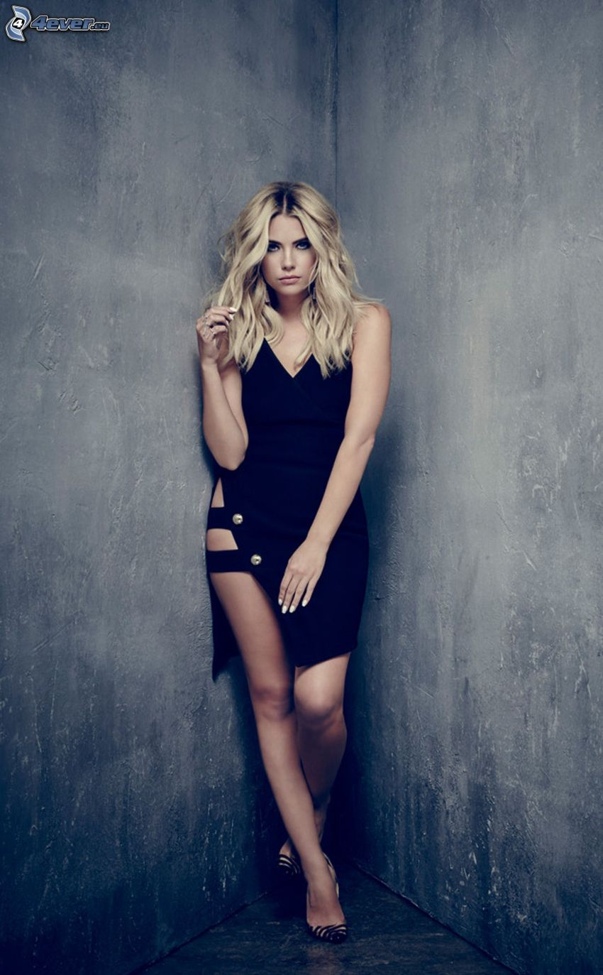 Ashley Benson, minivestido negro