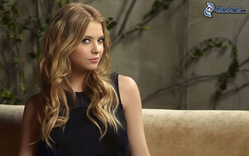 Ashley Benson, vestido negro
