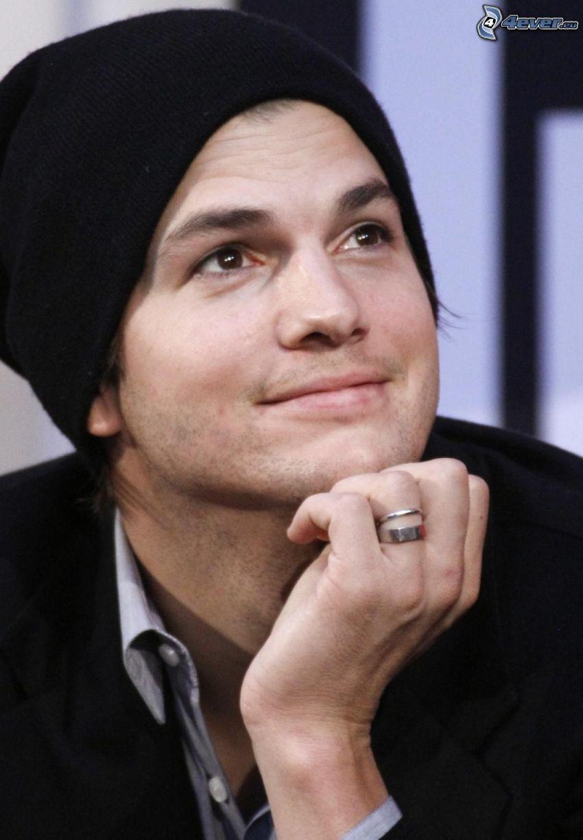 Ashton Kutcher, mirada, gorro