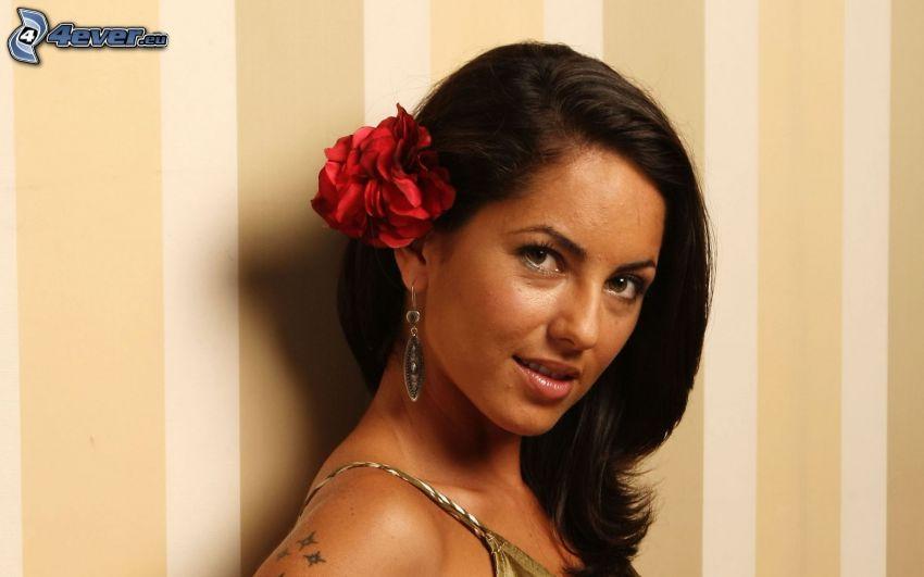 Barbara Mori, flor roja