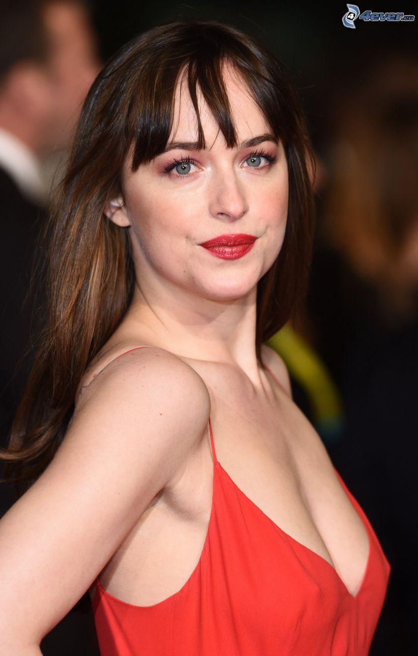 Dakota Johnson, vestido rojo, labios rojos
