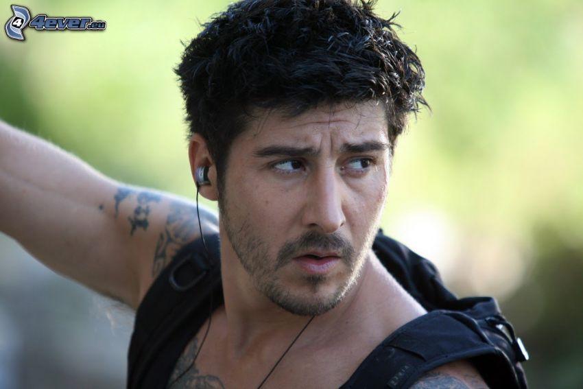 David Belle, mirada, auriculares, tatuaje
