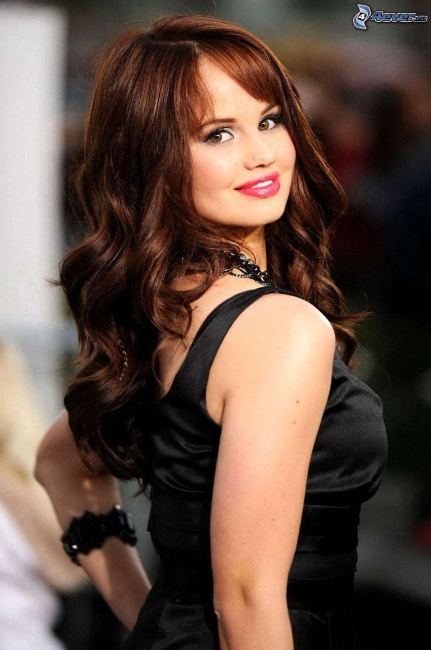 Debby Ryan, vestido negro, cabello rizado