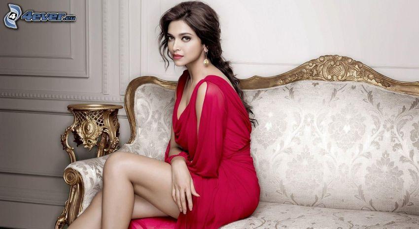 Deepika Padukone, vestido rojo, sofá