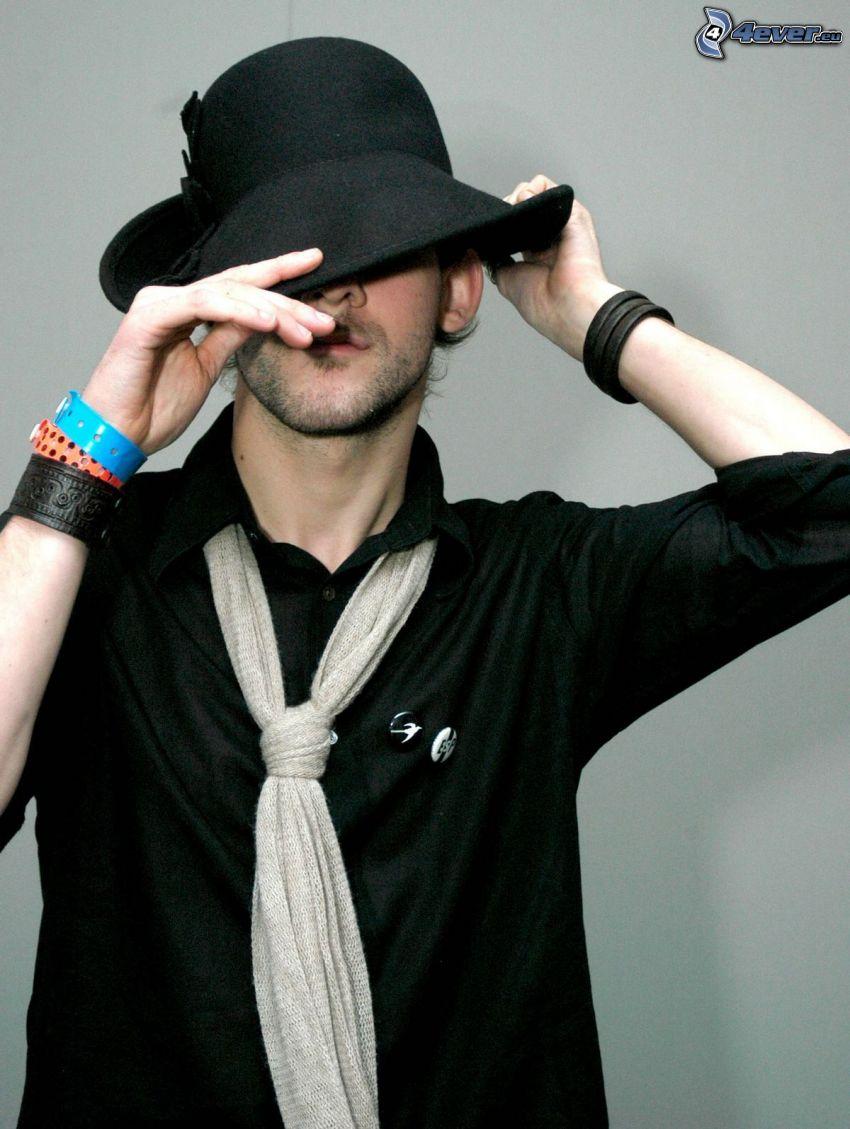 Dominic Monaghan, sombrero, pulseras