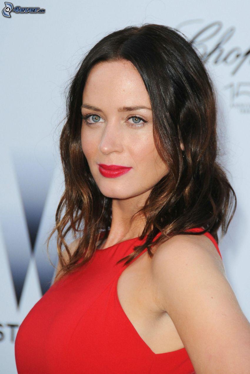 Emily Blunt, labios rojos, vestido rojo