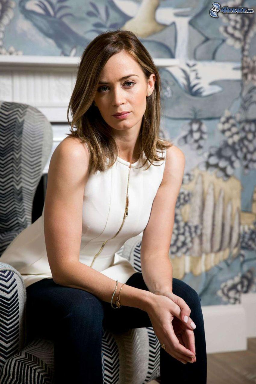 Emily Blunt, mujer en sillón