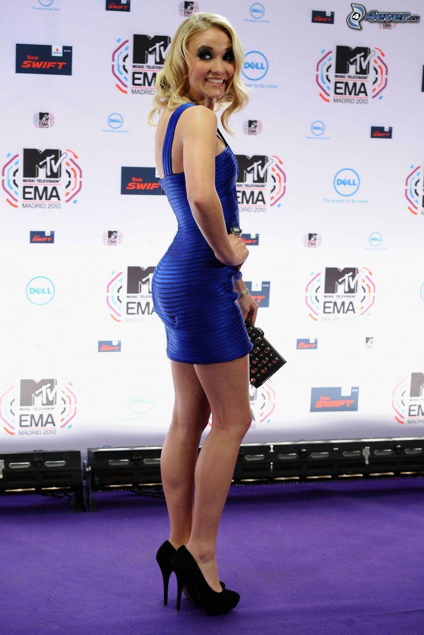 Emily Osment, vestido azul, zapatos negros