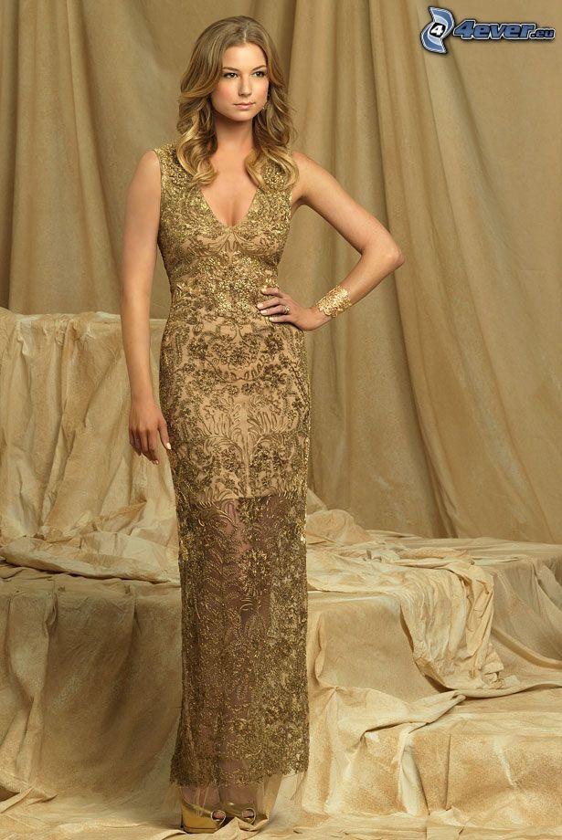 Emily VanCamp, vestido de oro