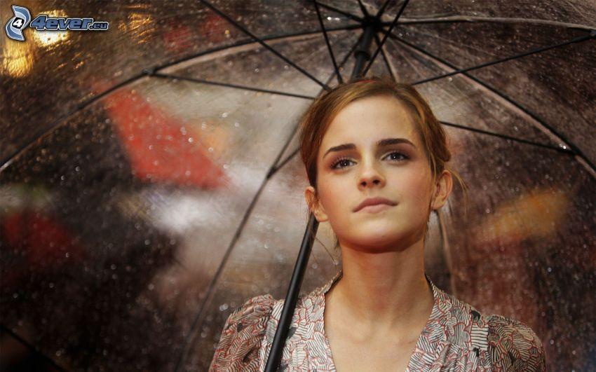 Emma Watson, mujer en la lluvia, paraguas