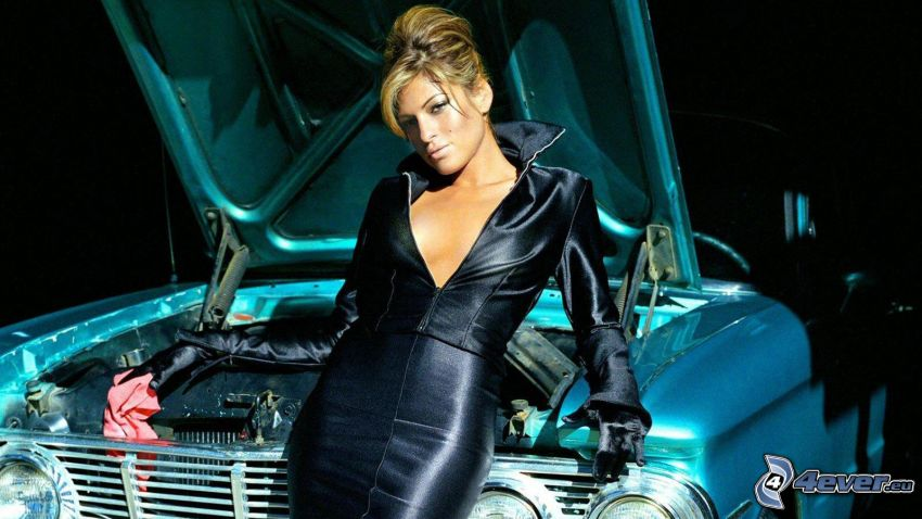 Eva Mendes, vestido negro, coche