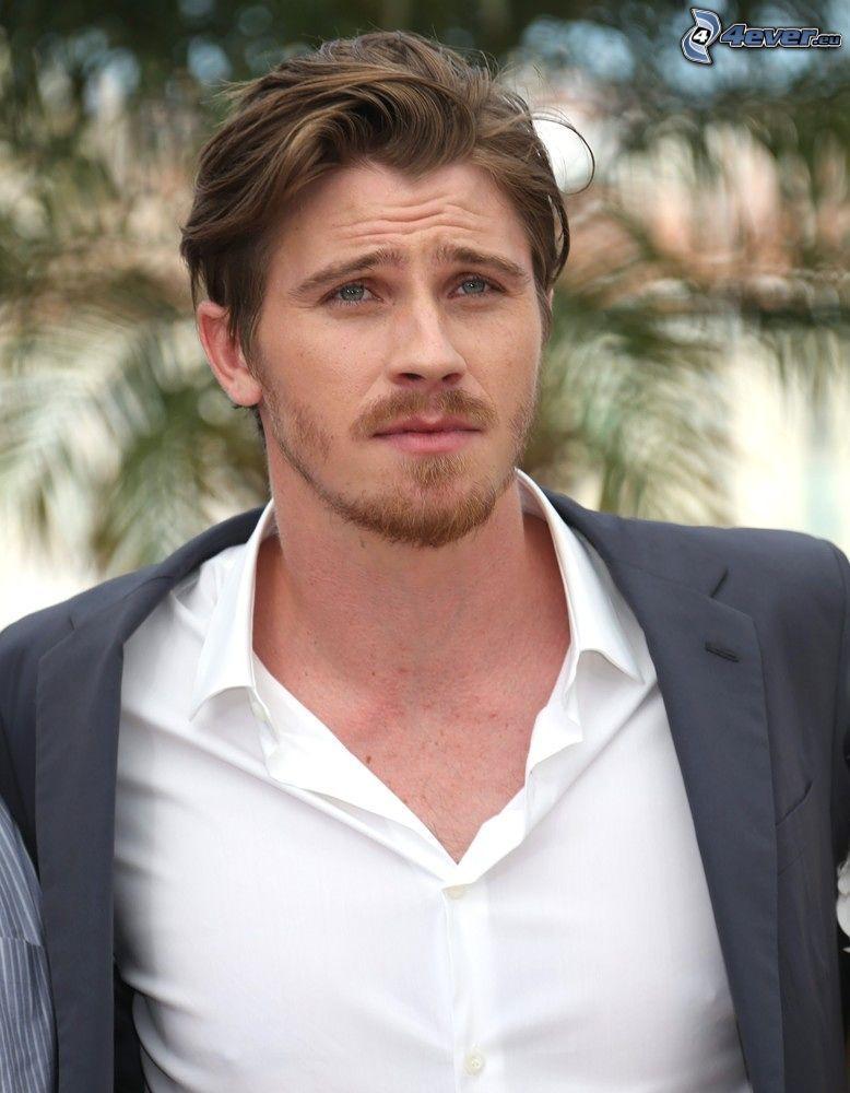 Garrett Hedlund, camisa blanca, chaqueta, mirada