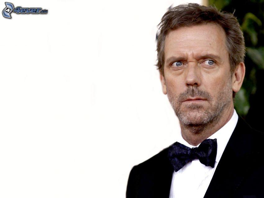 Hugh Laurie, hombre en traje, corbata de lazo