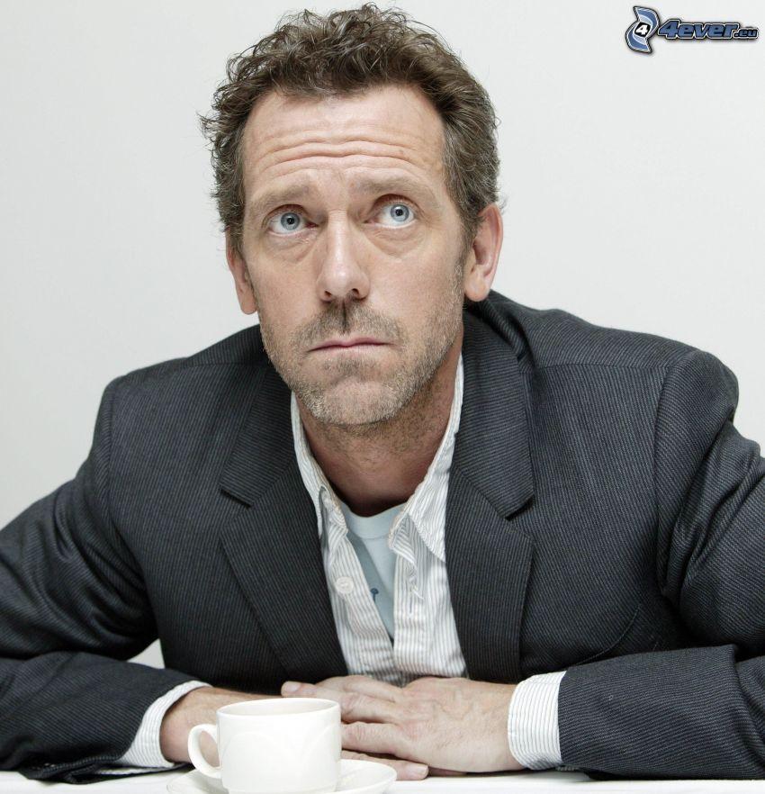 Hugh Laurie, hombre en traje, mirada