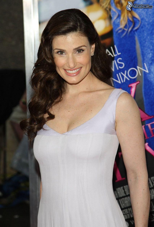 Idina Menzel, vestido blanco, sonrisa