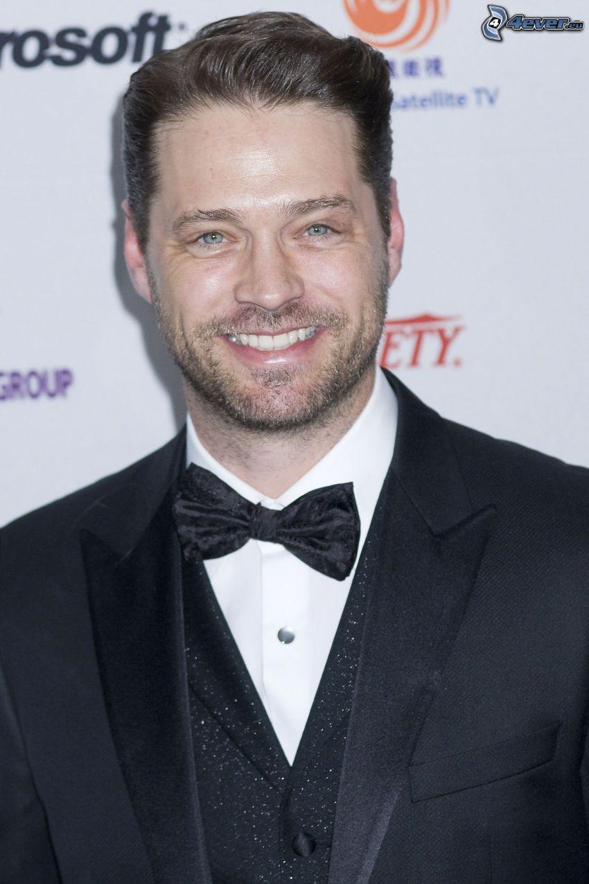 Jason Priestley, sonrisa, corbata de lazo
